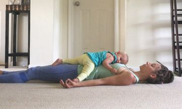 9 Incredibly Empowering Photos of Yogini Breastfeeding While On The Mat