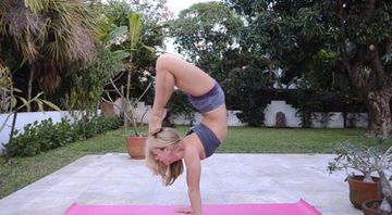 How To Do Yoga Scorpion Handstand (VIDEO)