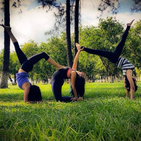 8 Awesome Yogis Practicing with Friends (PHOTOS) -liza