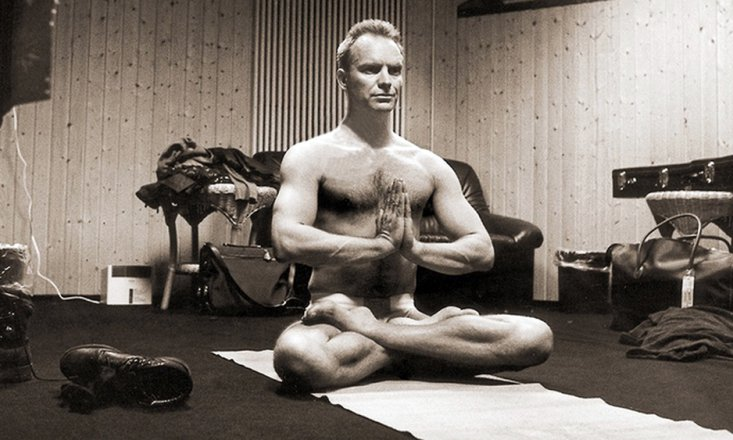 10 Famous Men Who Do Yoga