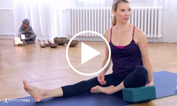 12-Minute Beginners Class to Avoid Knee Pain in Yoga Poses (VIDEO)